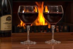 deux verres de vin pour un repas de viande